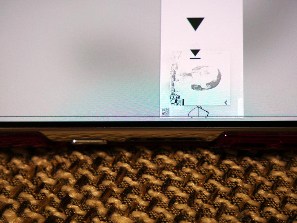 Xperia5ガラスフィルムセラミックコートを貼った様子を近くで